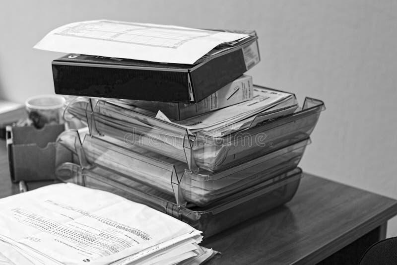 Concept, bureau, het routinewerk, een stapel documenten, bureaudocumenten, accountant, adviseur, archief, controle, bindmiddel royalty-vrije stock afbeeldingen