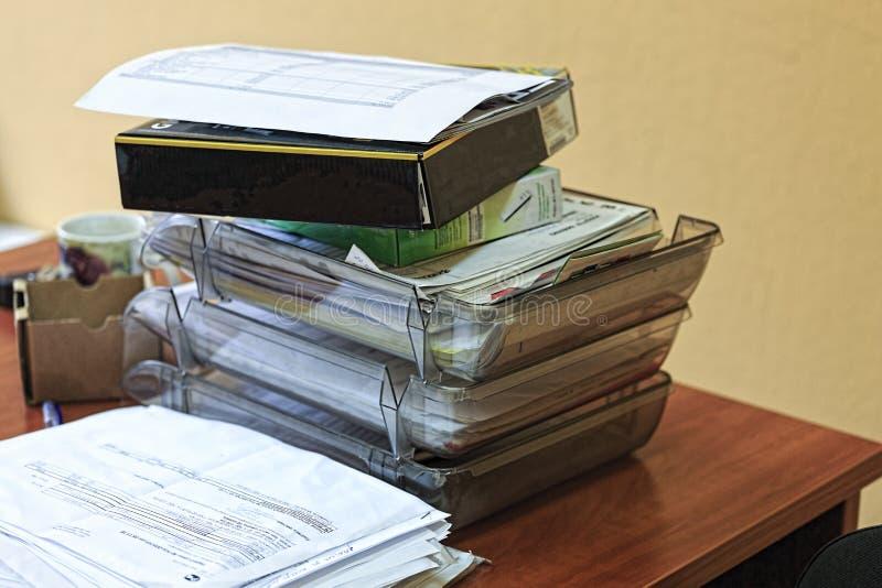 Concept, bureau, het routinewerk, een stapel documenten, bureaudocumenten, accountant, adviseur, archief, controle, bindmiddel stock foto