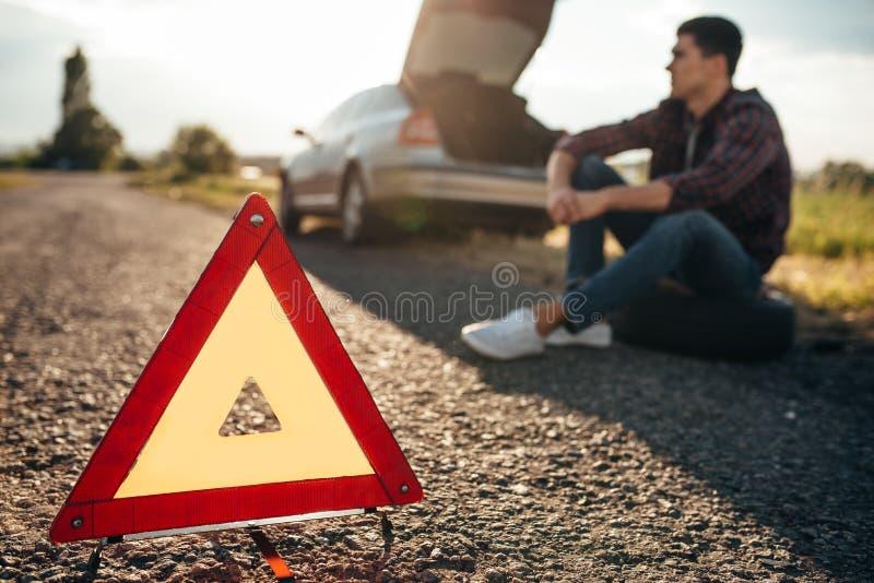 Concept cassé de voiture, triangle de panne sur la route photos stock