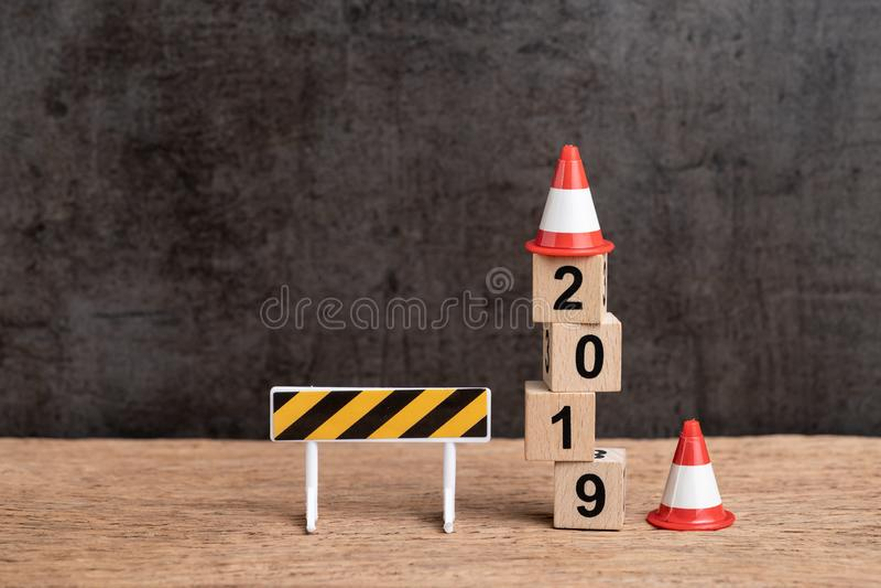 Concept changeant de nouvelle année de l'année 2019, signe en construction et photographie stock libre de droits