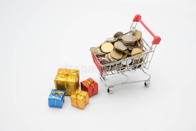 Concept, chariot, pièce de monnaie et boîte-cadeau d'achats image stock