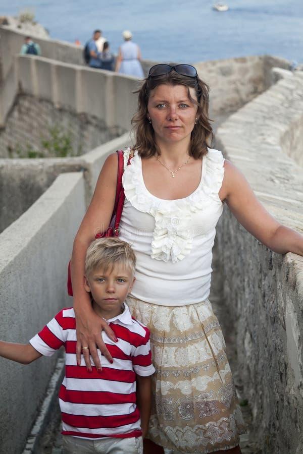 concept cognitieve recreatie met kinderen reizende moeder en zoon op de muren die de oude stad van Dubrovnik insluiten bij zonson royalty-vrije stock foto's