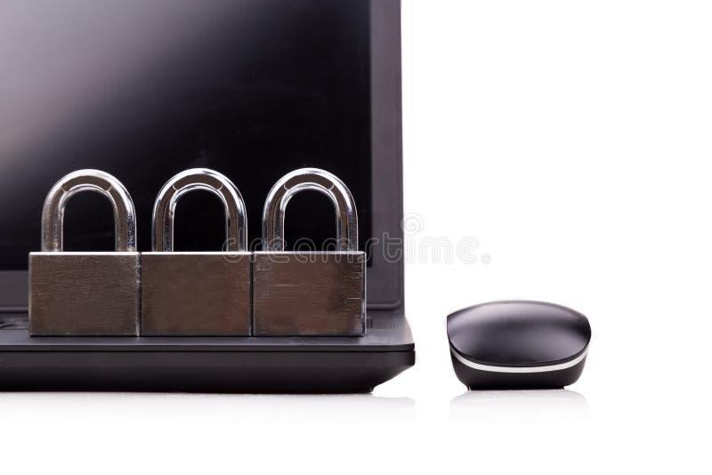 Concept computerbeveiliging met hangslot als schild over laptop royalty-vrije stock afbeeldingen