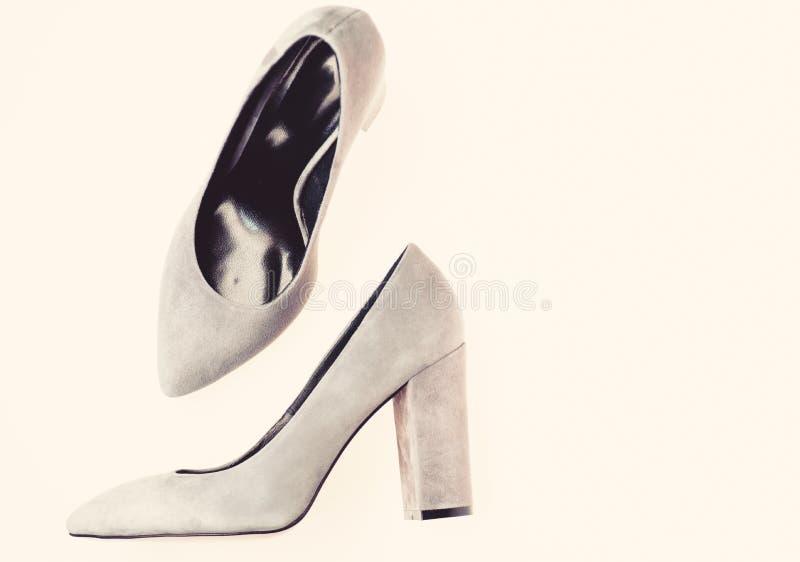 Concept confortable de talons hauts Paires de chaussures gîtées par haute à la mode Chaussures fabriquées à partir de le suède gr photos libres de droits