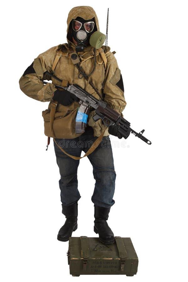 concept Courrier-apocalyptique de fiction - rôdeur dans le masque de gaz avec la boîte d'arme et de munitions Texte sur la boîte  image libre de droits