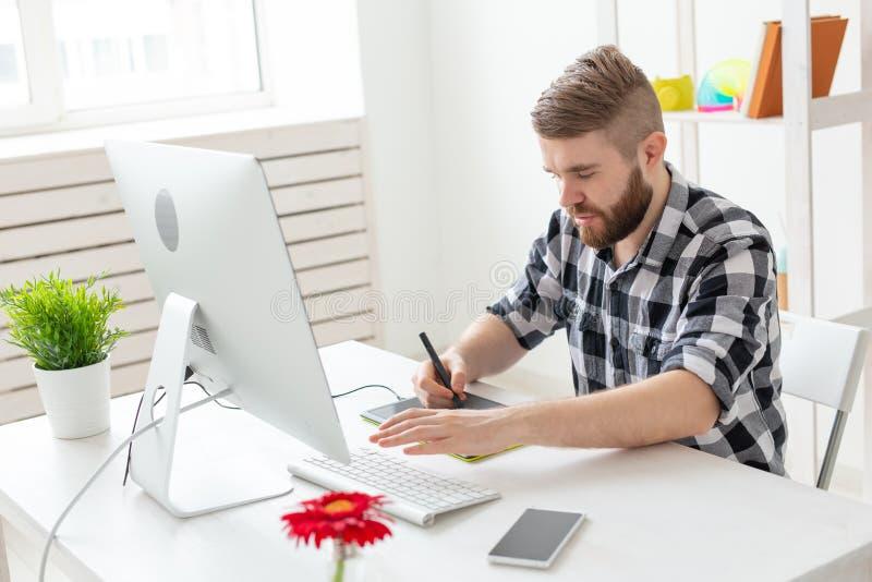 Concept créatif, d'illustrateur, de graphique et de personnes - homme d'affaires masculin créatif écrivant ou dessinant le moment photo libre de droits