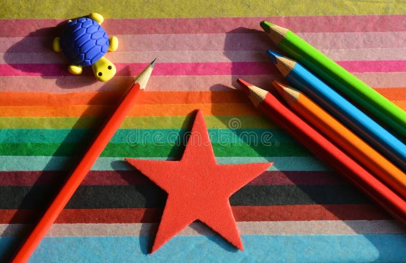 Concept créatif, de nouveau à l'école Crayon et crayons sur un fond coloré photos libres de droits