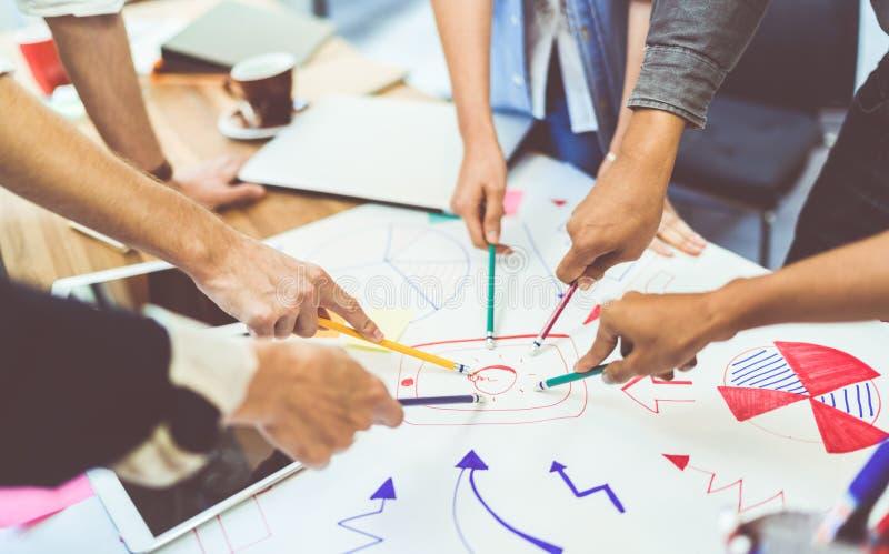 Concept créatif de travail d'équipe d'idée Groupe d'équipe, d'associé, ou d'étudiants universitaires divers multi-ethniques lors  image libre de droits