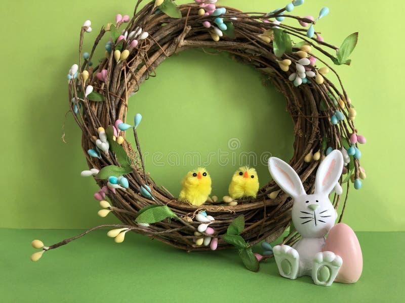Concept créatif, Joyeuses Pâques, lapin de guirlande et poussins photo libre de droits