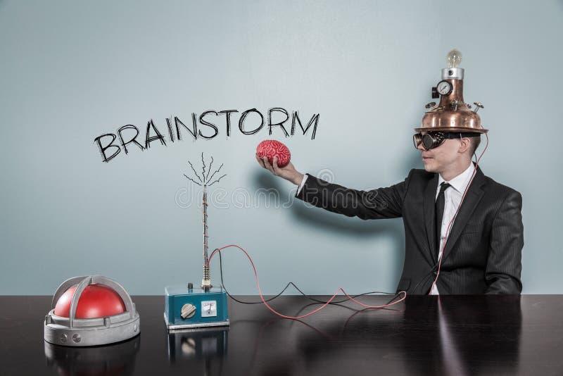 Concept d'échange d'idées avec l'homme d'affaires tenant le cerveau photo libre de droits