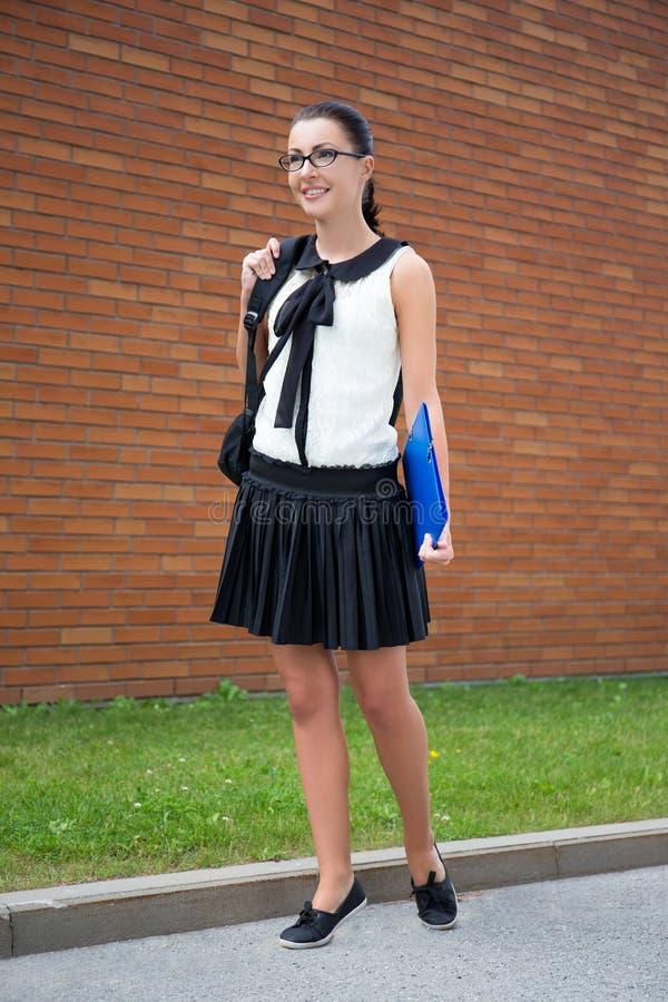 Concept d'école - belle adolescente de sourire avec le sac à dos photos libres de droits