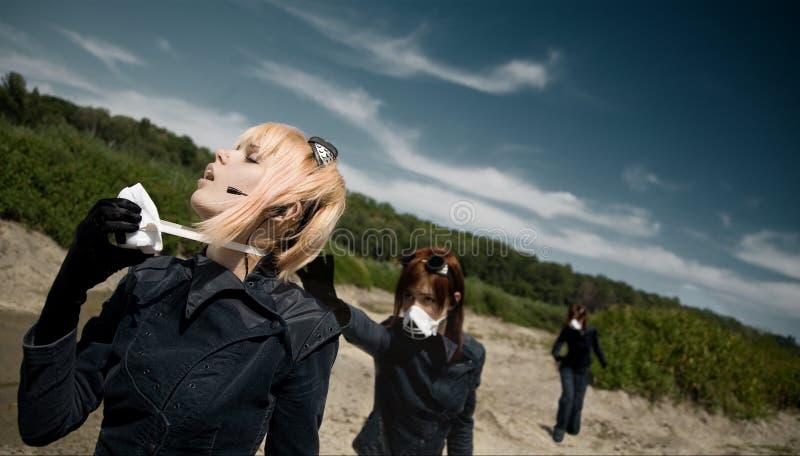 Concept d'écologie - jeune fille enlevant le gasmask photo stock