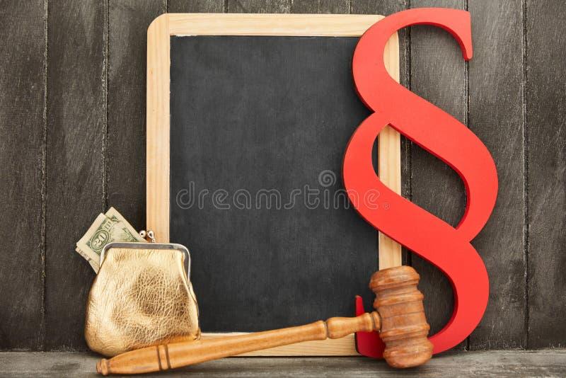 Concept d'éducation de droit des affaires avec le tableau noir et l'argent image stock