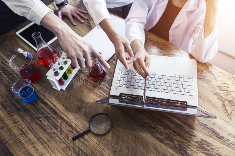 Concept d'éducation de la science et technologie Scientifique ou étudiant à l'aide de l'ordinateur portable au travail dans le la image stock