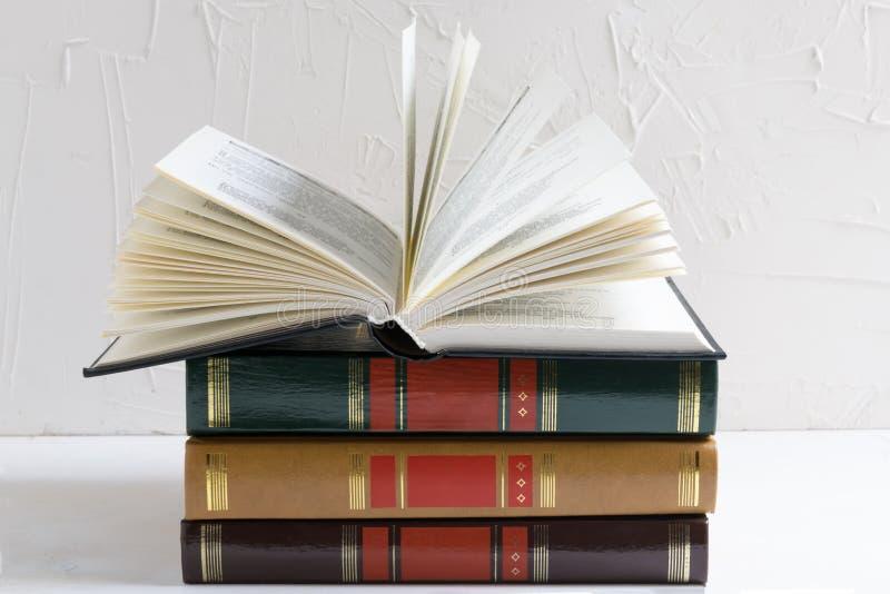 Concept d'éducation et de sagesse - livre ouvert sur une pile de livres image libre de droits