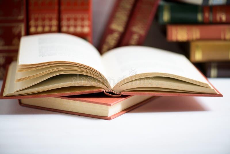Concept d'éducation et de sagesse - livre ouvert sur une pile de livres avec l'espace de copie photographie stock libre de droits