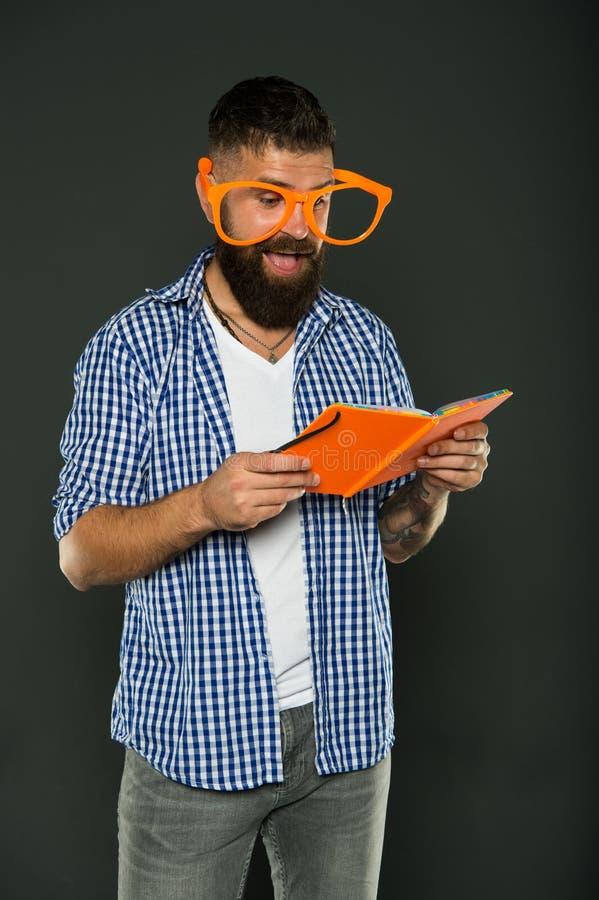 Concept d'éducation d'individu Club littéraire Livre de lecture comme passe-temps L'étude est amusement Prise drôle de lunettes d photo libre de droits