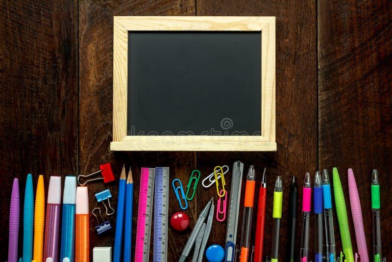 Concept d'éducation les accessoires de nouveau à l'école dessus  image stock