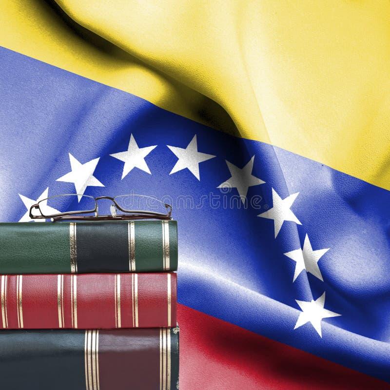 Concept d'éducation - pile de livres et de verres de lecture contre le drapeau national du Venezuela photos libres de droits