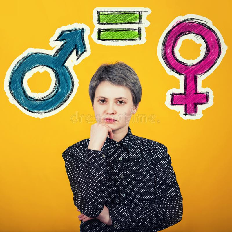 Concept d'égalité entre les sexes avec le symbole masculin et femelle au-dessus du mur jaune r photo stock