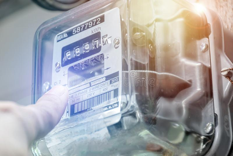 Concept d'énergie La main touche le transformateur avec l'espace de copie Méthode de dépistage incorrecte d'énergie Mètre de watt images stock