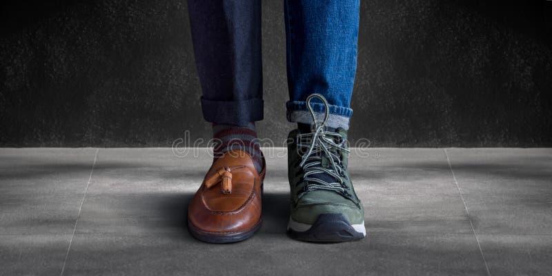 Concept d'équilibre de la vie de travail Basse section d'un homme se tenant avec l'ha photos stock