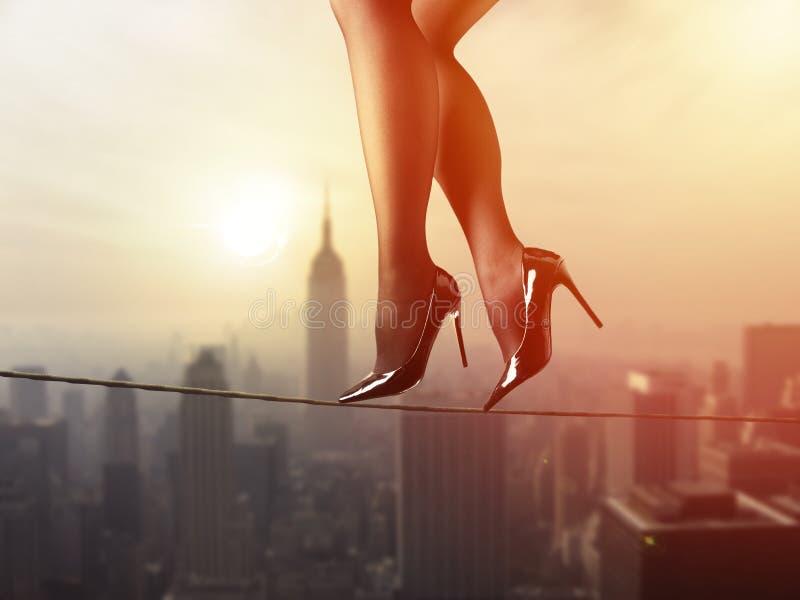 Concept d'équilibre de la vie de travail : Femme d'affaires équilibrant au-dessus de la ville photographie stock libre de droits
