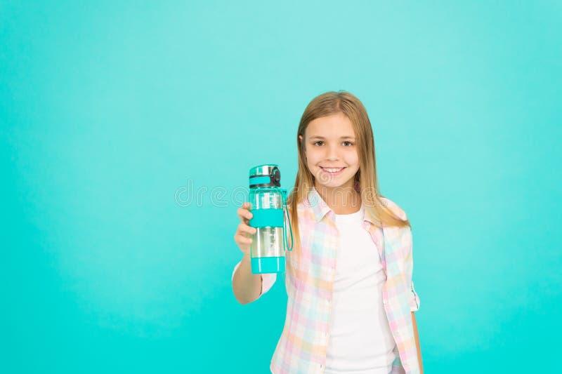 Concept d'équilibre d'eau Sain et hydraté Désordres pédiatriques de l'équilibre d'eau La fille s'inquiète de la santé et de l'eau photo libre de droits