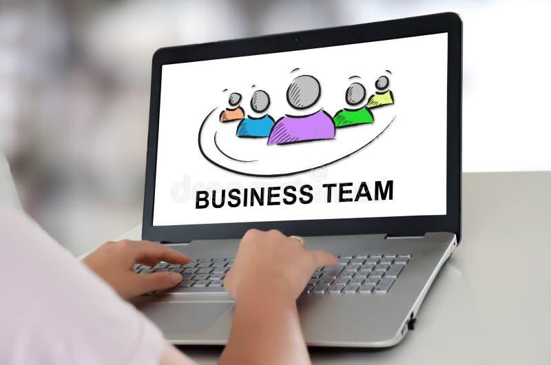 Concept d'équipe d'affaires sur un ordinateur portable photographie stock libre de droits