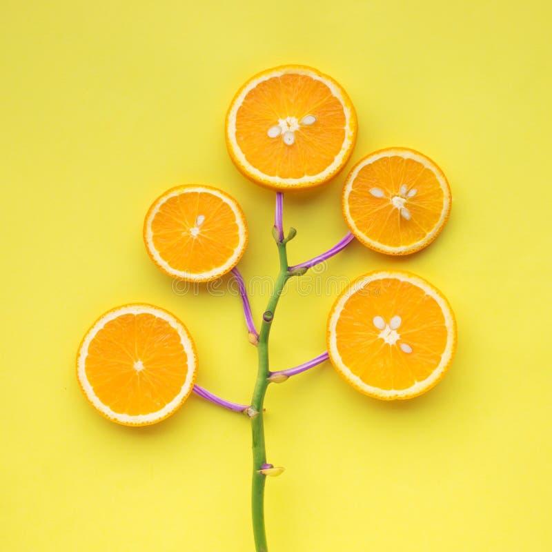 Concept d'été avec la tranche orange sur le jaune image stock