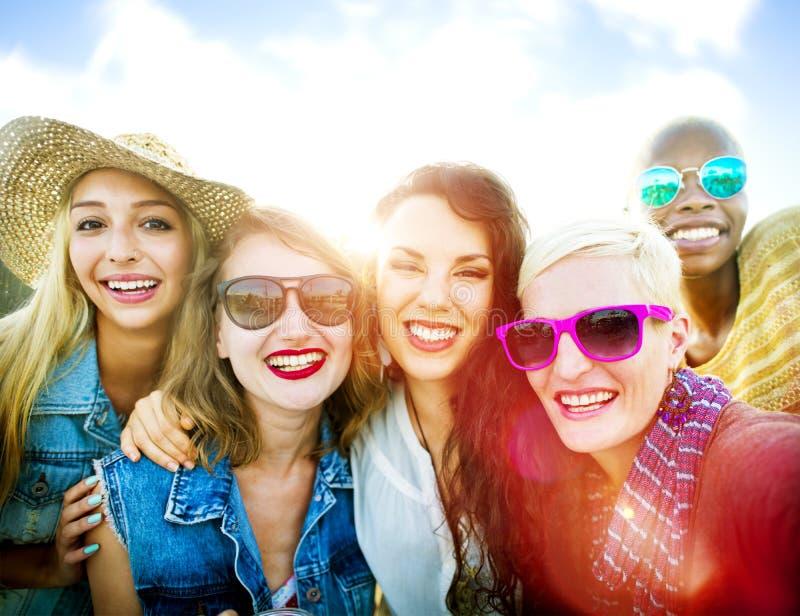 Concept d'été de bonheur de partie d'amitié d'amies photos stock