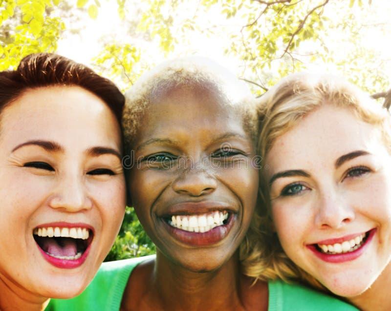Concept d'été de bonheur de partie d'amitié d'amies photos libres de droits