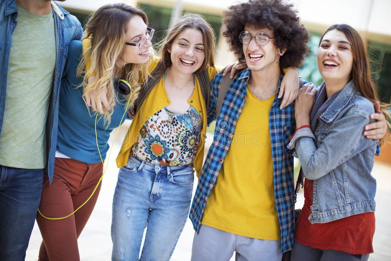 Concept d'étudiants d'amitié d'amis d'adolescents image libre de droits