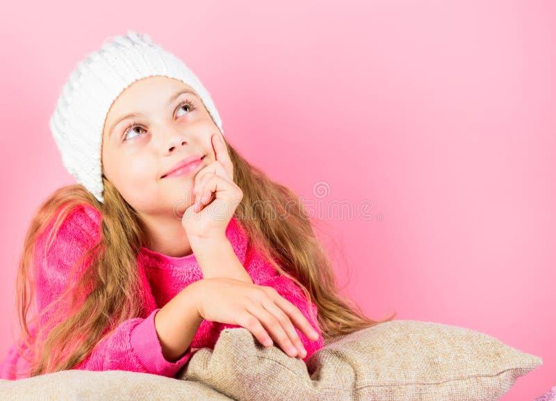 Concept d'accessoire d'hiver Long fond de rose de rêve de cheveux de fille Chapeau tricoté par usage rêveur d'enfant Agrément de  photographie stock