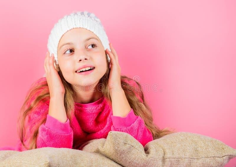 Concept d'accessoire d'hiver Long fond de rose de rêve de cheveux de fille Maigre rêveur d'enfant sur des oreillers Agrément de s images stock