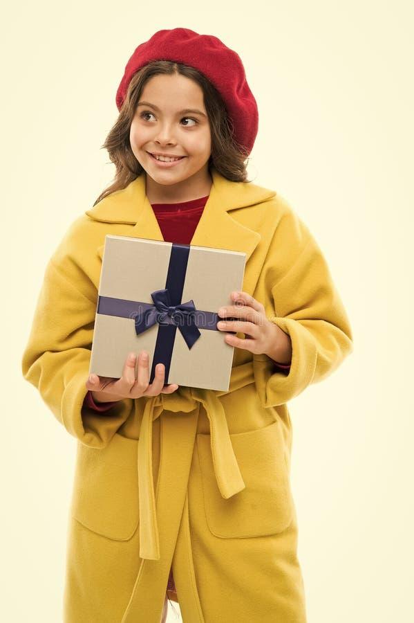 Concept d'achats de ressort V?tements d'achat et petits cadeaux mignons pour le printemps Jour de achat satisfaisant Enfant ?l?ga photos stock