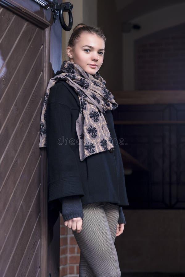 Concept d'adolescent Portrait d'adolescent féminin caucasien positif image libre de droits