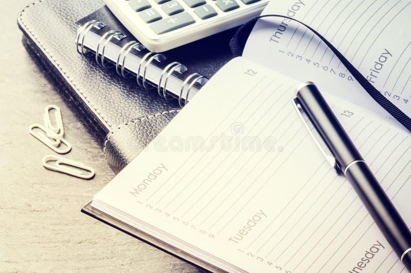 Concept d'affaires avec l'ordre du jour, le téléphone portable et la calculatrice photo libre de droits