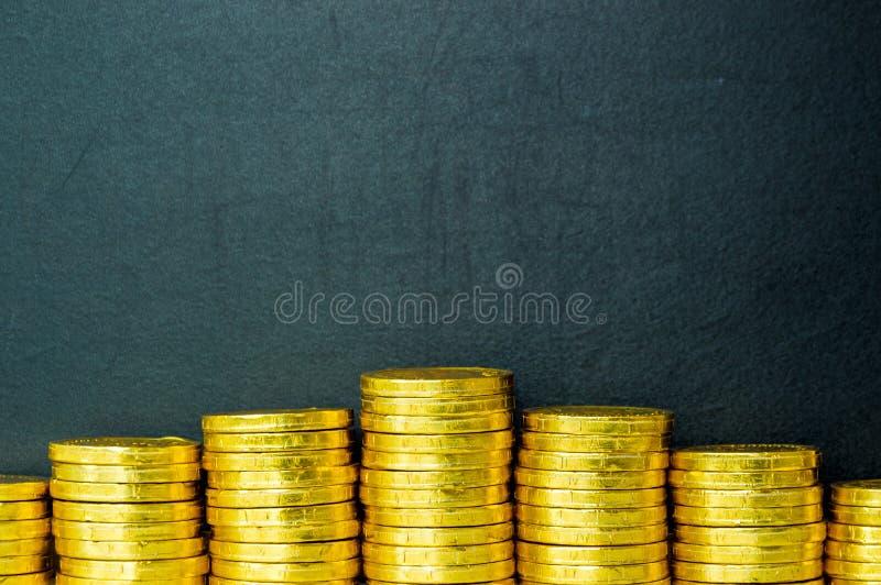 Concept d'affaires avec la pièce de monnaie et le tableau noir d'or photographie stock