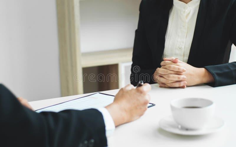 Concept d'affaires - cadres à la représentation de ventes de discussion de bureau dans un bureau image libre de droits