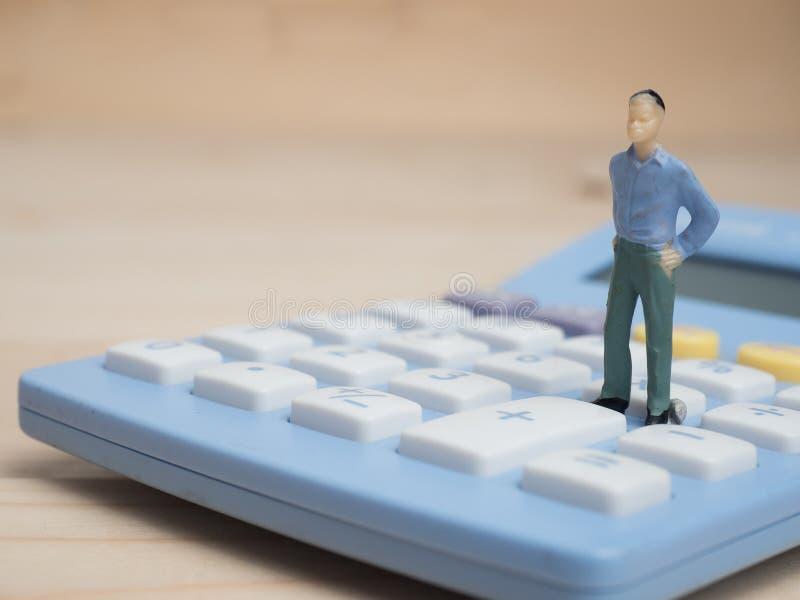 Concept d'affaires chiffres miniatures d'homme d'affaires se tenant sur la calorie photo stock