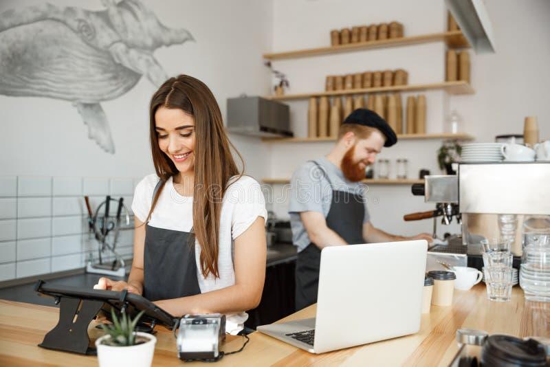Concept d'affaires de café - bel barman de barman ou ordre caucasien de Posting de directeur dans le menu numérique de comprimé à images stock