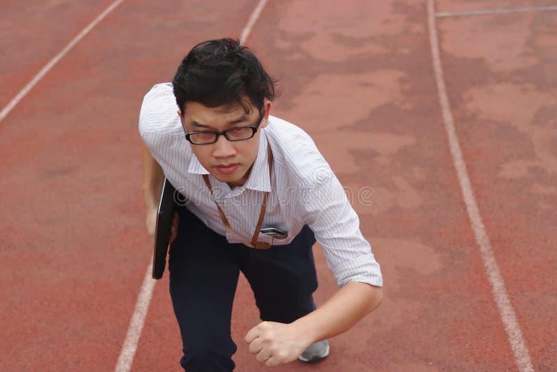 Concept d'affaires de concurrence Jeune homme d'affaires asiatique sûr avec la course prête d'ordinateur portable à expédier sur  image libre de droits