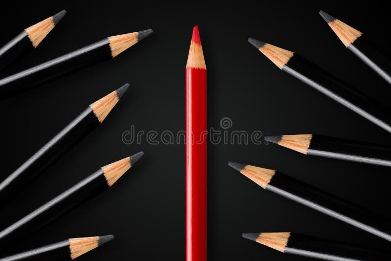 Concept d'affaires de rupture, direction ou penser différent ; crayon rouge divisant le groupe de crayons noirs photographie stock libre de droits