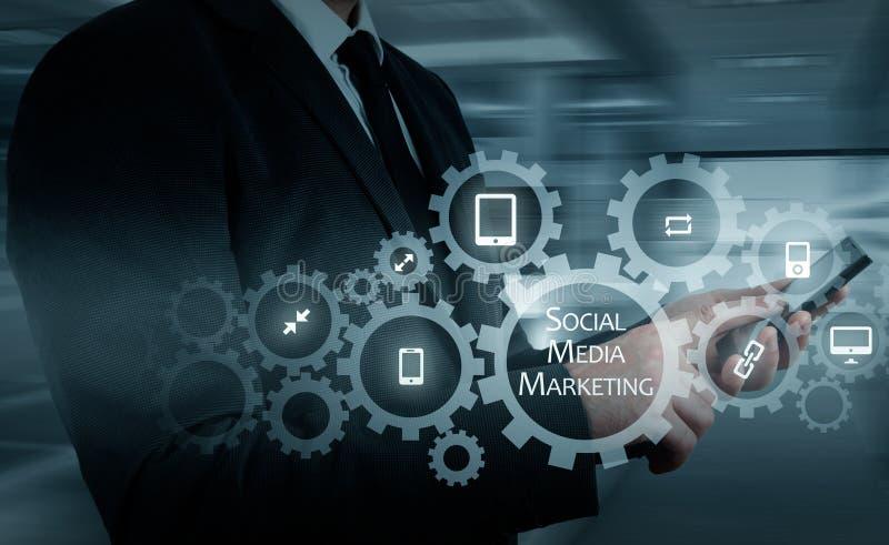 Concept d'affaires, de technologie, d'Internet et de mise en réseau SMM - Media social lançant sur le marché sur l'affichage virt photographie stock libre de droits