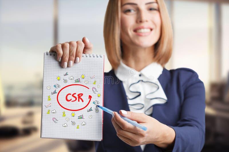 Concept d'affaires, de technologie, d'Internet et de mise en réseau Jeune entrepreneur réussi dans le procédé de travail CSR photographie stock