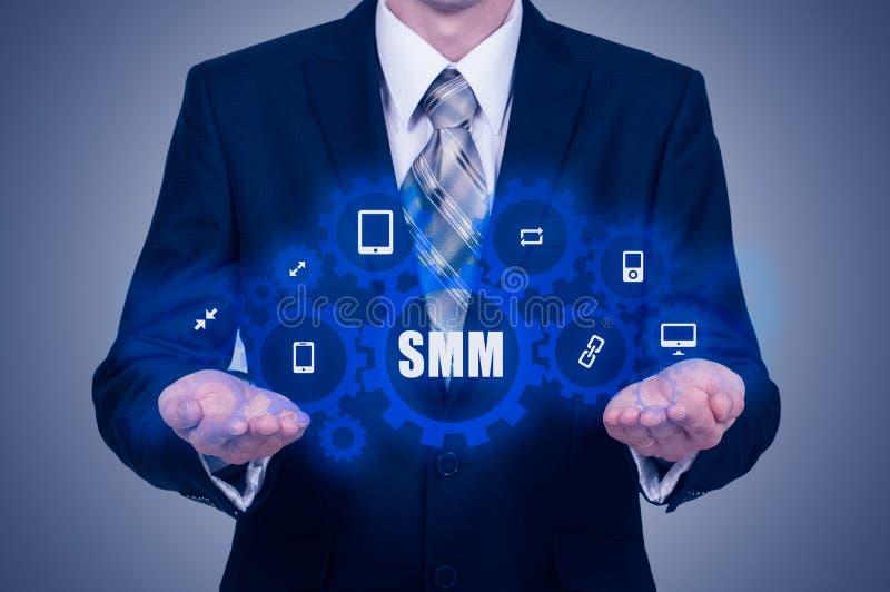 Concept d'affaires, de technologie, d'Internet et de mise en réseau SMM - Media social lançant sur le marché sur l'affichage virt images stock