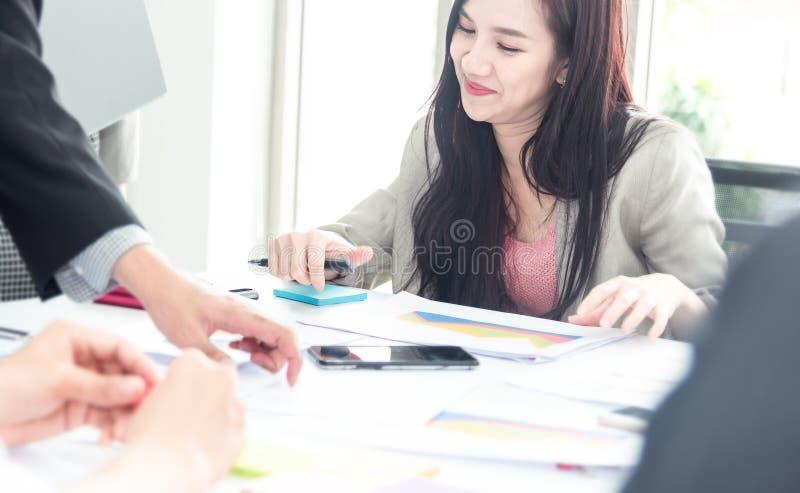 Concept d'affaires de travail d'?quipe Commencez les hommes d'affaires dans le bureau moderne, fonctionnant en ayant ensemble le  photo stock
