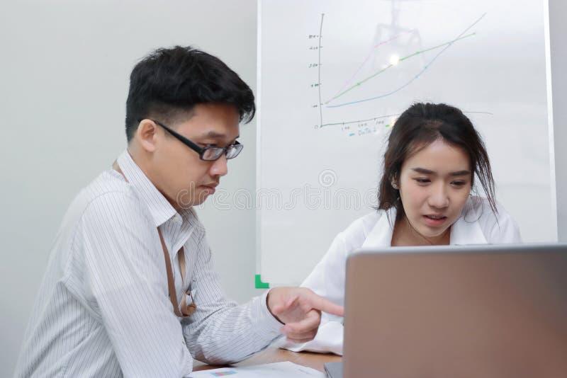 Concept d'affaires de travail d'?quipe Personnes asiatiques faisant un brainstorm ensemble dans le bureau moderne images libres de droits