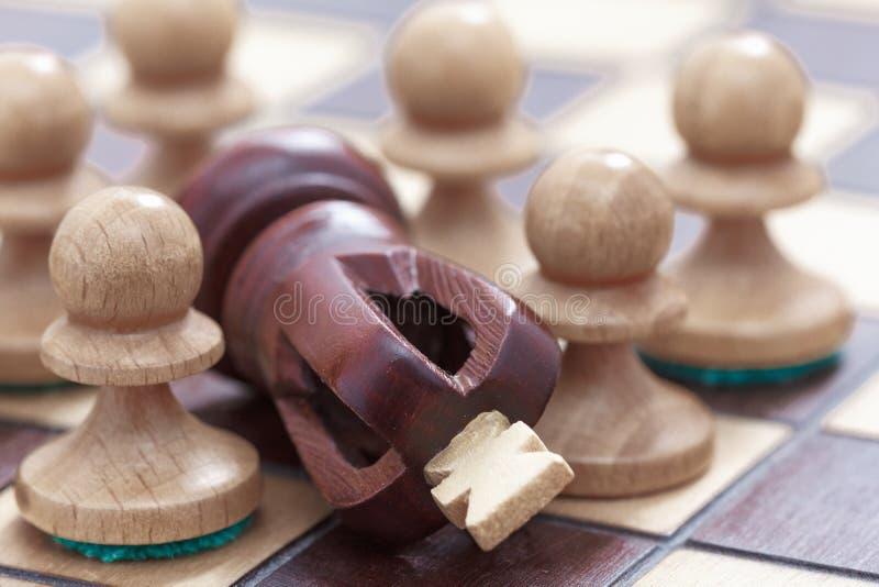 Concept d'affaires de victoire ou de défaite, d'échiquier de perte et de chiffres du roi et des gages photographie stock libre de droits